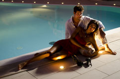 Junge elegante Paare nahe dem Pool Stockfotografie