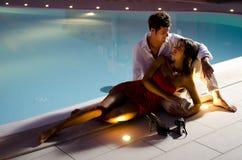 Junge elegante Paare nahe dem Pool Stockbilder