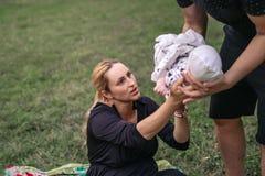 Junge Eltern, die einen freien Tag mit ihrem Baby genießen lizenzfreie stockbilder