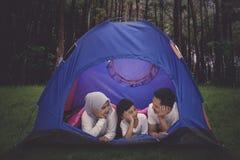 Junge Eltern, die im Wald mit ihrem Sohn kampieren lizenzfreies stockbild