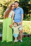 Junge Eltern mit kleiner Tochter im Park stockfoto