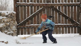 Junge entfernt Schneeschaufel nahe dem Haus Reinigungsschnee im Winter nahe dem Haus stock video footage