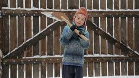 Junge entfernt Schneeschaufel nahe dem Haus Reinigungsschnee im Winter nahe dem Haus stock video