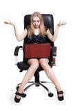 Junge entsetzte Geschäftsfrau mit Laptop Lizenzfreies Stockfoto