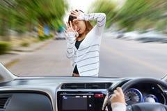 Junge entsetzten die Frau, die als schreit, an zerquetschend durch schnelles Auto stockfotografie