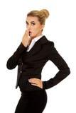 Junge entsetzter Geschäftsfraubedeckungsmund Stockbild