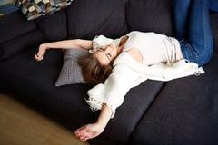 Junge entspannende Frau lizenzfreie stockfotografie