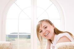 Junge entspannende Frau Lizenzfreie Stockbilder