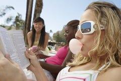 Junge entspannende Frauen Lizenzfreies Stockbild
