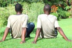 Junge entspannende Männer lizenzfreies stockfoto