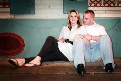 Junge entspannende Paare stockfotos