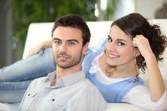 Junge entspannende Paare Lizenzfreie Stockbilder
