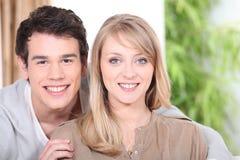Junge entspannende Paare Stockbild