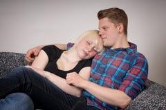 Junge entspannende Paare Stockfotografie