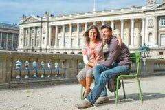 Junge entspannende Paare der Junge recht Lizenzfreie Stockfotos
