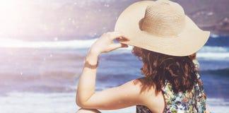 Junge, entspannte Dame, die den Ozean betrachtet Lizenzfreie Stockbilder