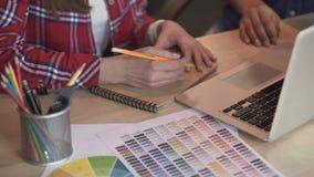 Junge entwerfen die Studenten, die an dem Dekorationsprojekt arbeiten und wählen Farben, Geistesblitz stock footage