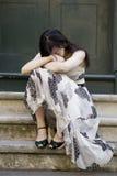 Junge entzückende deprimierte Frau, die auf Treppen sitzt Lizenzfreie Stockfotografie