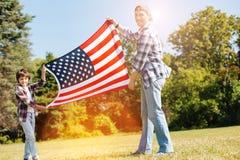 Junge entzückende Familie, die patriotisch sich fühlt stockfotografie