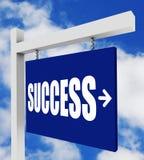 Junge erfolgreiche Frau, die steigende Treppen des Erfolgszeichens zeigt Lizenzfreie Stockfotografie