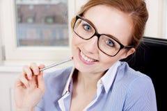 Junge erfolgreiche Geschäftsfrau im Büro Stockbild