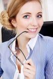 Junge erfolgreiche Geschäftsfrau im Büro Stockfotos