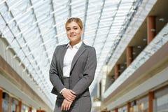 Junge erfolgreiche Geschäftsfrau Smiling zur Kamera stockfotografie