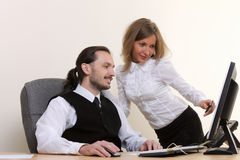 Junge erfolgreiche Geschäftsleute, die im Büro arbeiten Stockfotos