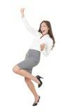 Junge erfolgreiche Geschäftsfrau, die Erfolg feiert Stockbild