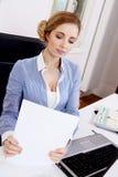 Junge erfolgreiche Geschäftsfrau im Büro Stockfotografie