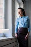 Junge erfolgreiche glückliche lächelnde Geschäftsfrau auf Laptop Lizenzfreies Stockbild