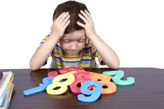 Junge erlernt die Zahlen Lizenzfreies Stockfoto