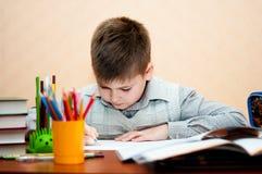 Junge erlernt zu Hause Stockbild