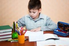 Junge erlernt zu Hause Lizenzfreie Stockbilder