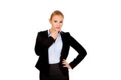 Junge ernste durchdachte Geschäftsfrau stockfotos