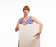Junge ernste Frau, welche die Darstellung, zeigend auf Plakat zeigt Stockfotos