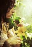 Junge erstaunliche Schönheit mit Blume Stockfotos