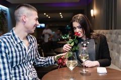Junge Erwachsene beim Caféfeiern Lizenzfreies Stockfoto