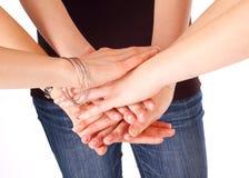 Junge Erwachsene fügten ihre Hand zusammen Lizenzfreie Stockfotos
