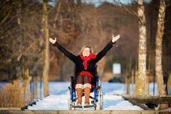 Junge erwachsene Frau auf Rollstuhl Lizenzfreies Stockbild