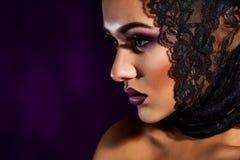 Junge erwachsene Frau der Eleganz, die weg im Studio schaut Lizenzfreie Stockbilder