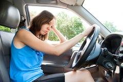 Junge erwachsene Frau in der Hauptverkehrszeit stockbild