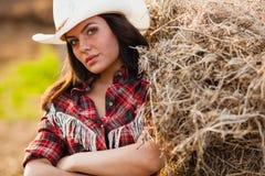 Junge erwachsene Frau, die auf Ackerland aufwirft Lizenzfreies Stockfoto