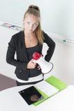 Junge erwachsene Frau, die ein Megaphon anhält Lizenzfreie Stockbilder