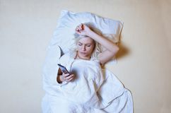 Junge erwachsene Frau, die Schlaflosigkeitsproblem hat, lizenzfreies stockfoto