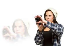 Junge erwachsene Frau festigt Kamera für ein Bild Stockbild