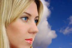 Junge erwachsene Frau mit schönen blauen Augen Stockfotos