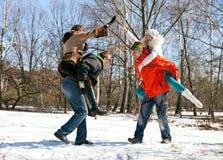 Junge erwachsene Freunde, die Spaß draußen haben lizenzfreies stockfoto