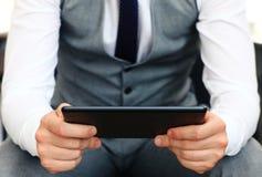 Junge erwachsene Funktion auf einer digitalen Tablette Lizenzfreie Stockfotografie