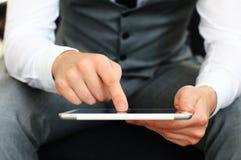 Junge erwachsene Funktion auf einer digitalen Tablette Lizenzfreie Stockfotos